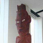 世界初!マオリの神像を寄贈されたニッスイ